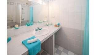 Sanitari sospesi, colori freddi e mattonelle grandi: 5 consigli per arredare il bagno